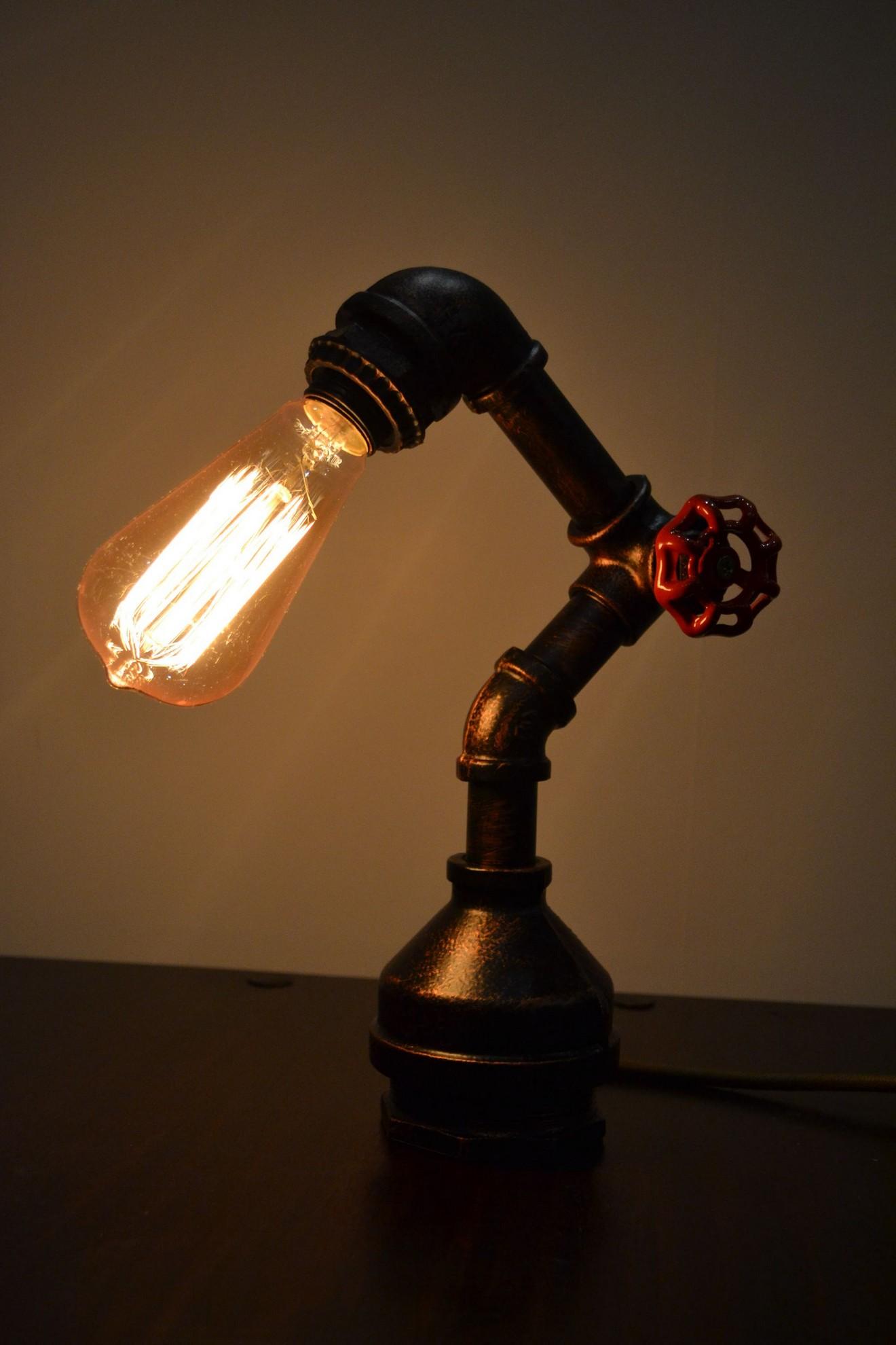 Настольный светильник из труб