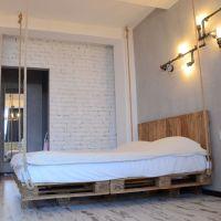 Кровать из поддонов в стиле подвесной КРО95