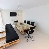 Сиденья и стол для совещаний в офисе из паллет МО10