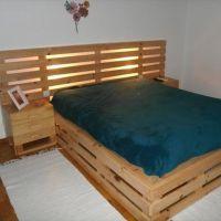 Высокая кровать из паллет с подсветкой в изголовье КРО82
