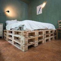 Высокая кровать из паллет КРО03