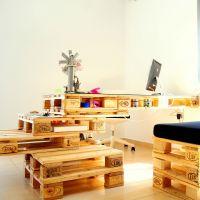 Оригинальный стол из деревянных поддонов для офиса МО04