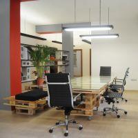 Сиденья и стол для совещаний из поддонов в офисе МО11