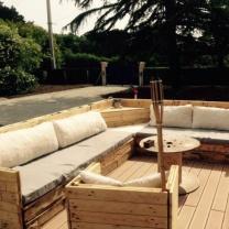 Вместительный п-образный диван и стул из паллет для отдыха на открытом воздухе в кафе МК175