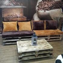 Диванчики и кофейный столик для кафе из паллет МК185
